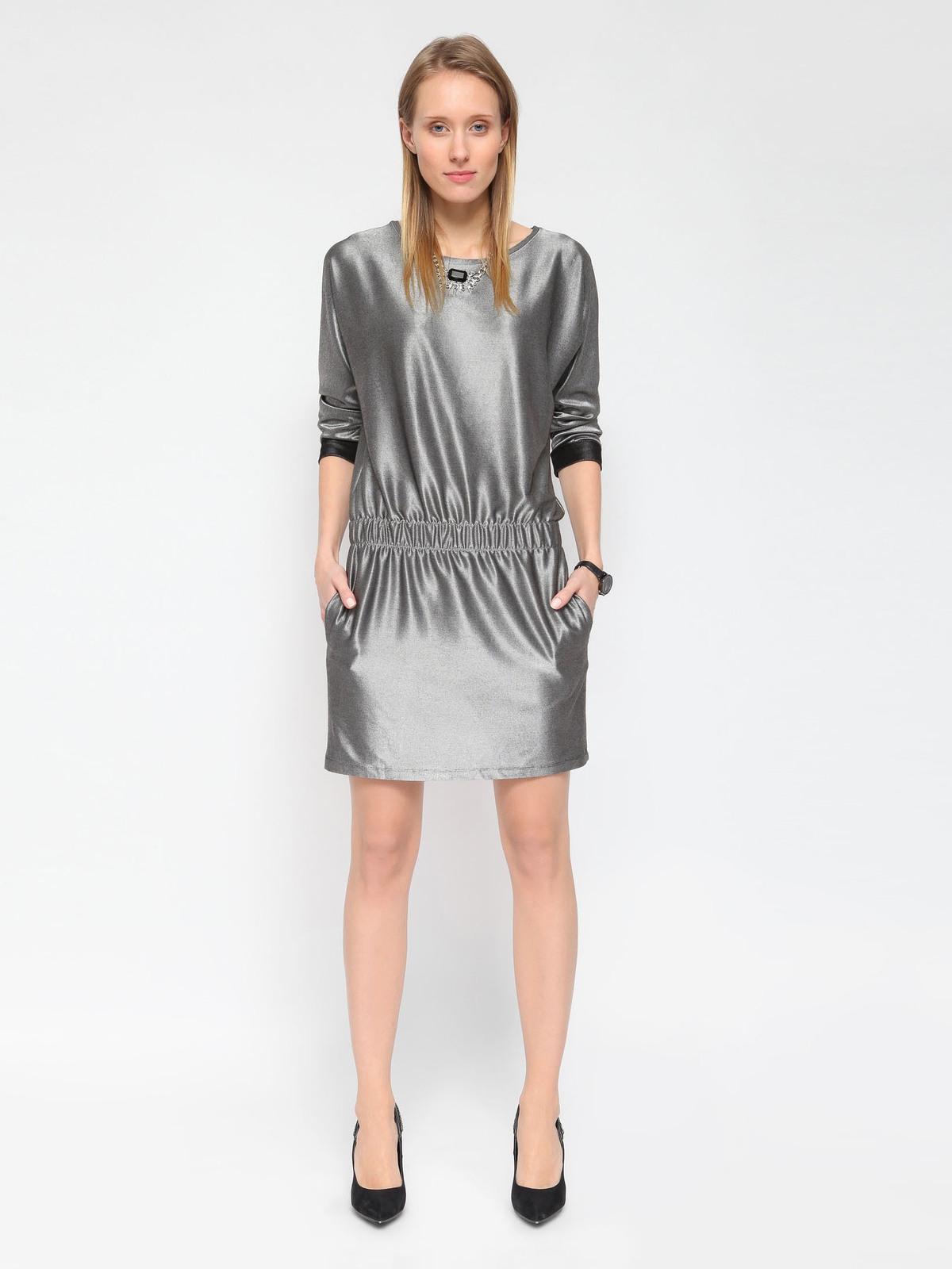 Μοντέρνο μεταλλικό φόρεμα με μανίκια ¾ και λάστιχο στη μέση.